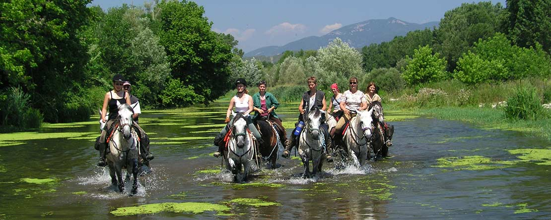 Reiten durch Fluss in Spanien