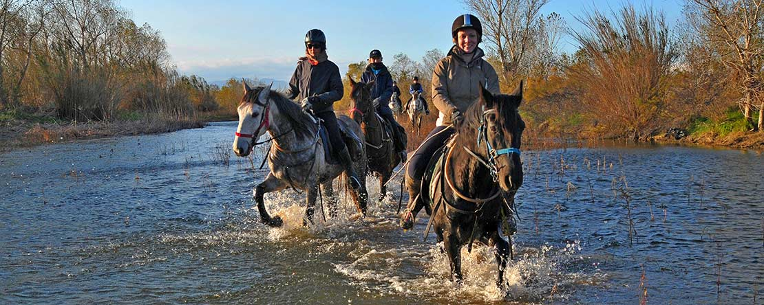 Durch den Fluss Fluvia in Spanien reiten